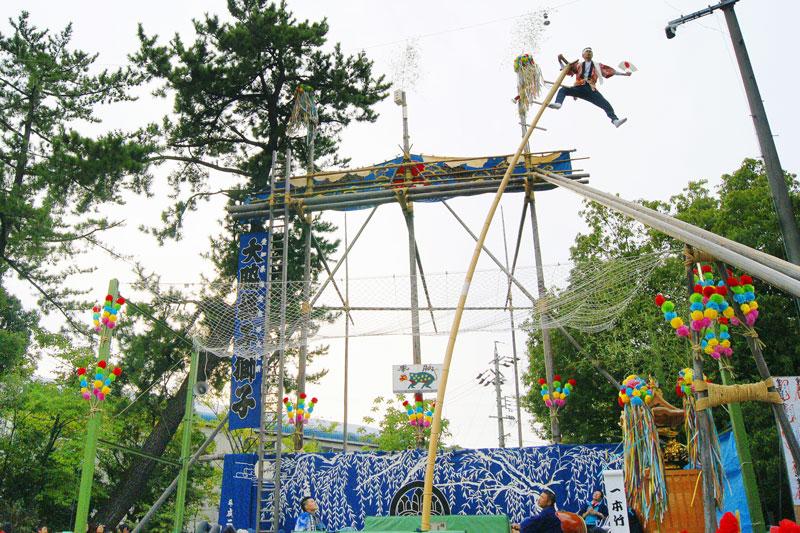 大脇の梯子獅子 9mの竹1本の上で妙技を見せる「一本竹」