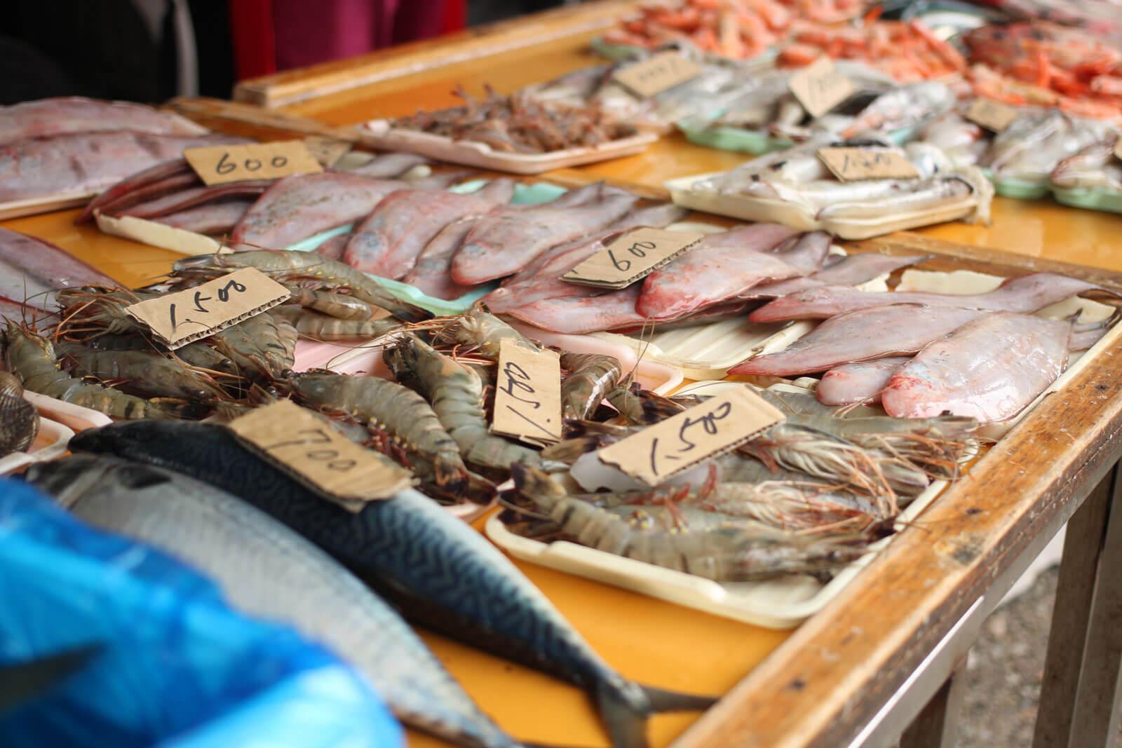 吉池二七市 店先に並べられた魚介類