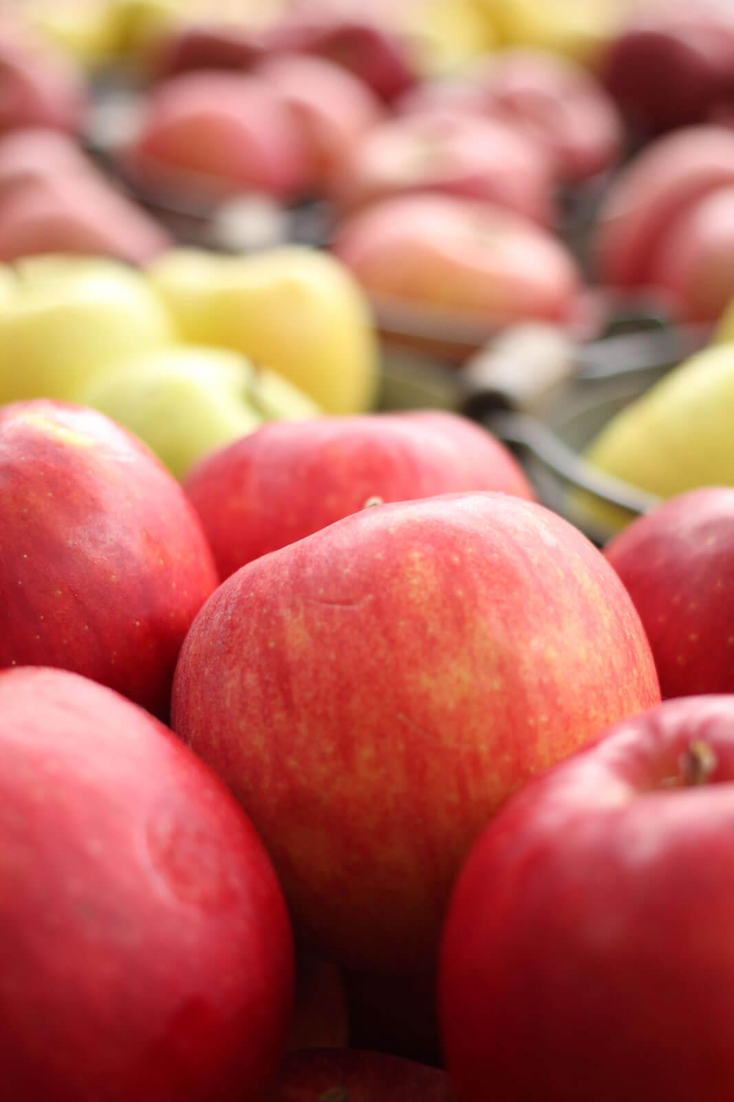 吉池二七市 店先に並べられたりんご