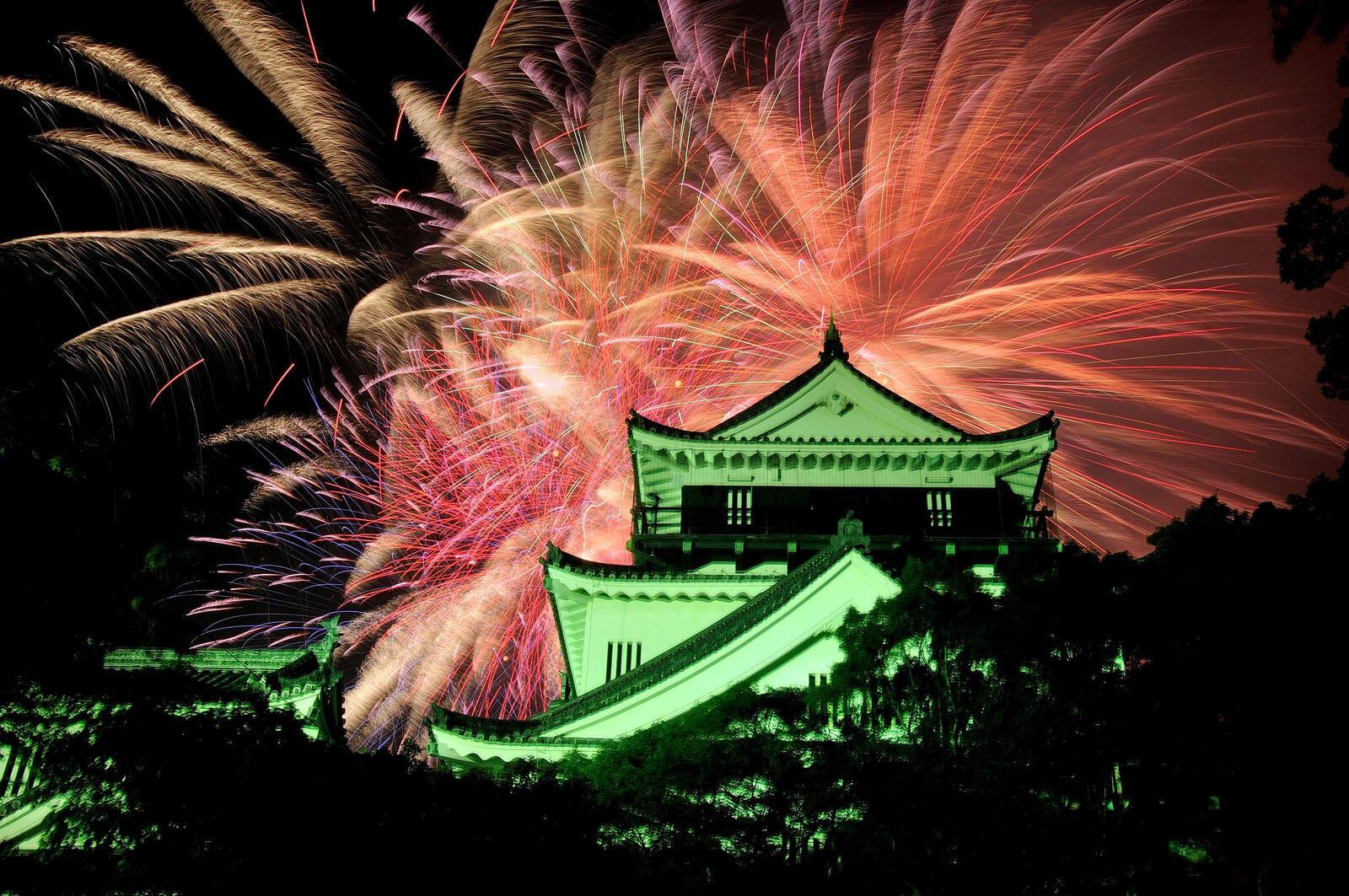 花火とライトアップされた岡崎城